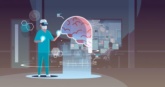 Männlicher arzt, der digitale brille trägt, die das menschliche organanatomie-gesundheitswesen der virtuellen realität des gehirns betrachtet