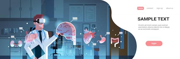 Männlicher arzt, der digitale brille trägt, die die landingpage-vorlage der organe der virtuellen realität betrachtet