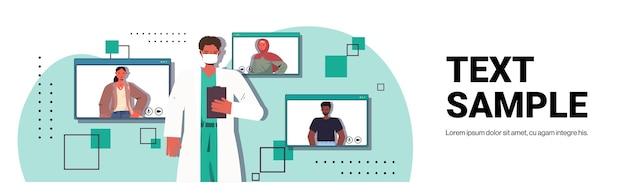 Männlicher arzt, der mit mix race-patienten während eines online-videoanrufs diskutiert