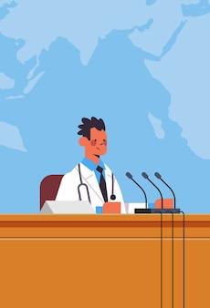 Männlicher arzt, der rede an tribüne mit mikrofon auf medizinischem konferenzmedizin-gesundheitskonzept-weltkartenhintergrund vertikales porträtvektorillustration hält