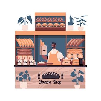 Männlicher bäcker, der tasche mit baguettes mann in der uniform hält, die frische backwaren in der backwarenporträtvektorillustration verkauft