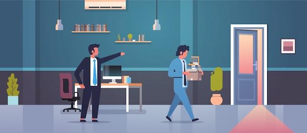 Männlicher chef entlässt das zeigen des fingers auf tür abgefeuerten mannangestellten mit papierdokumentenkastenentlassungsarbeitslosigkeit arbeitslosem konzept flachem modernem büroinnenraum