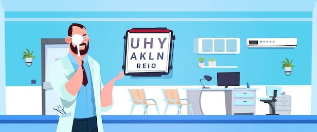 Männlicher doktor oculist making ophtalmology-test, der über modernem krankenhaus steht