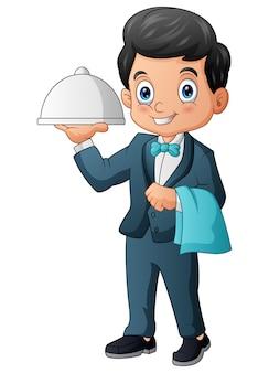 Männlicher kellner, der servierplatte mit kuppel hält
