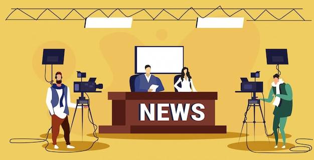 Männlicher moderator interviewt frau im fernsehstudio tv live-nachrichtensendung videokamera shooting crew broadcasting-konzept