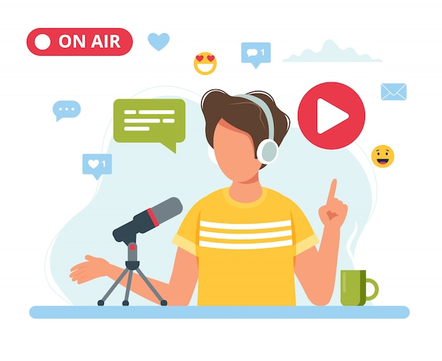 Männlicher podcaster spricht mit mikrofonaufzeichnungs-podcast im studio.