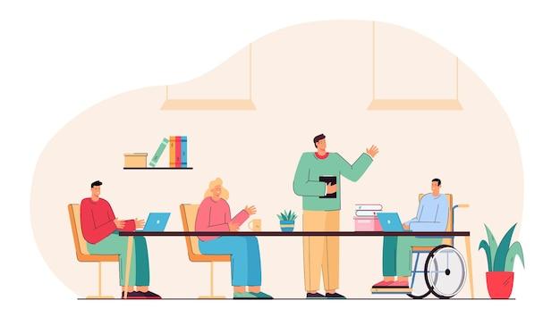 Männlicher student im rollstuhl, der den unterricht in der schule besucht. gruppe von personen, die sich unterhalten und zusammenarbeiten.
