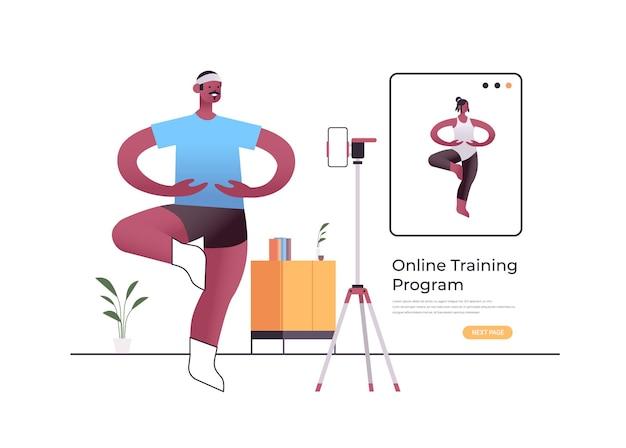 Männlicher tänzer, der tanzübungen macht, während online-video-trainingsprogramm mit weiblichem tanzlehrer-trainingskonzept