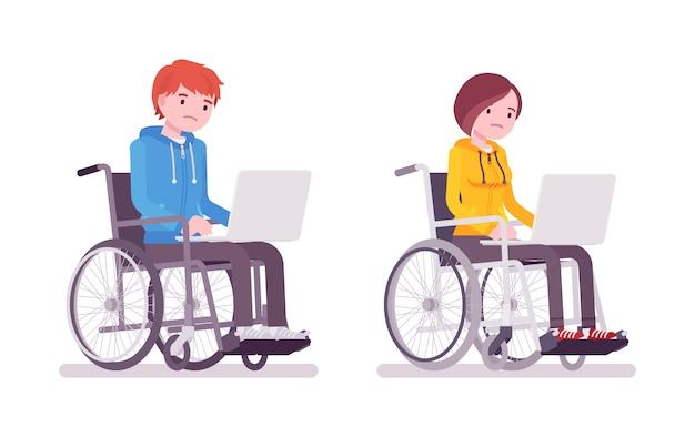 Männlicher und weiblicher junger rollstuhlfahrer, der mit laptop arbeitet