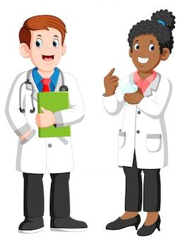 Männlicher und weiblicher zahnarzt, der großen zahn hält