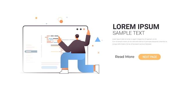 Männlicher webentwickler, der programmcodeentwicklung von software und programmierkonzept in voller länge horizontale illustration erstellt