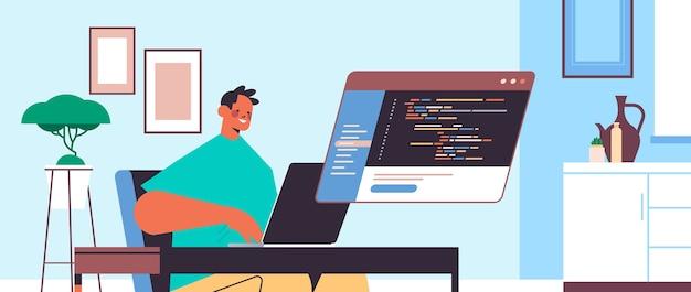 Männlicher webentwickler unter verwendung eines laptops, der programmcodeentwicklung des software- und programmierkonzeptprogrammierers erstellt, der am arbeitsplatzporträt sitzt
