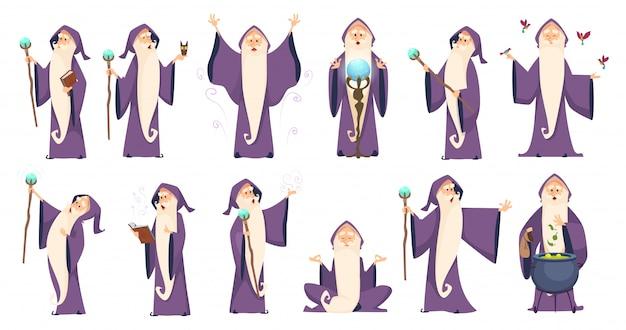Magier. geheimnisvoller männlicher zauberer in der robe, die oldster-merlin-zeichentrickfiguren buchstabiert