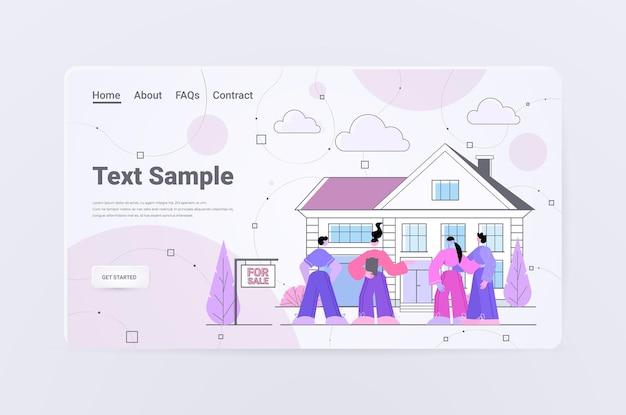 Makler, der den kunden ein schönes landhaus zeigt, das hypothekendarlehensangebot der immobilienagentur auf der immobilien-website horizontaler kopierraum in voller länge