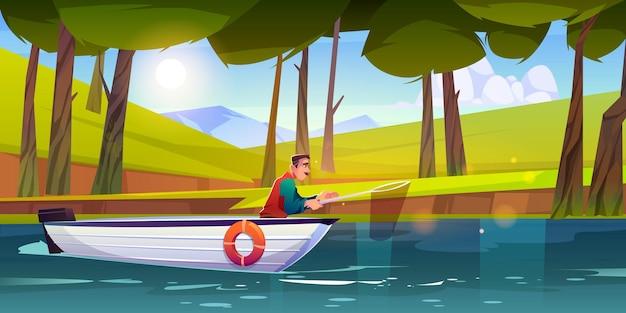 Mann angeln im waldsee mit schaufelnetz. vektorkarikaturillustration des fischers im weißen boot, das auf wasser schwimmt. sommerlandschaft des waldes mit bäumen, grünem gras, teich und bergen am horizont
