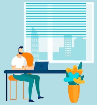Mann-angestellter, der online an laptop im büro arbeitet