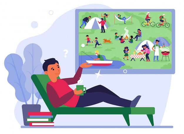 Mann auf der couch beim zelten im fernsehen