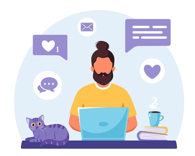 Mann, der an laptop online arbeitet, der entfernte arbeit studiert