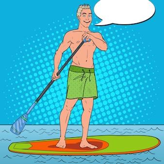 Mann, der auf stand up paddle board paddelt