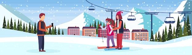Mann, der den skifahrerpaarfahne foto macht