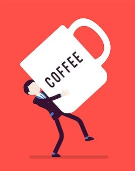 Mann, der eine riesige kaffeetasse trägt
