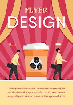 Mann, der energie von der tasse kaffee erhält. koffeinsüchtiger kerl mit entsorgungsbecher. flyer vorlage