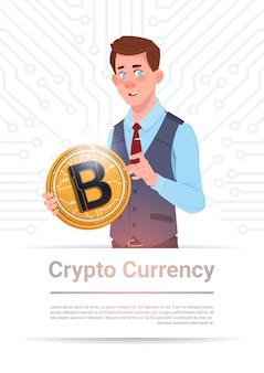 Mann, der goldenes bitcoin über motherboard-stromkreis-hintergrund hält