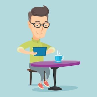 Mann, der in das soziale netz im café surft.