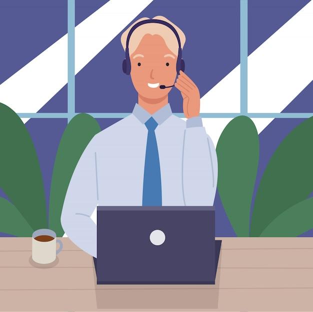 Mann, der in einem callcenter mit laptop auf schreibtisch und headset arbeitet. konzept von kundenservice und kommunikation.