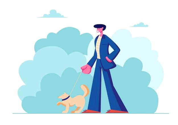 Mann, der mit hund draußen im sommer geht.