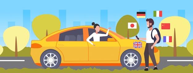 Mann, der mobiles wörterbuch oder übersetzertourist verwendet, der mit taxifahrerkommunikations-personenverbindungskonzept verschiedene sprachen flaggen stadtbildhintergrund in voller länge horizontal diskutiert