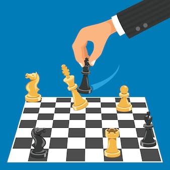 Mann, der schachspiel spielt