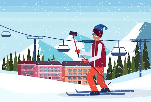 Mann, der selfie im skiorthotel nimmt