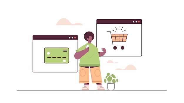 Mann, der smartphone-anwendung für online-shopping-bestellung und bezahlung des intelligenten e-commerce-einkaufs verwendet