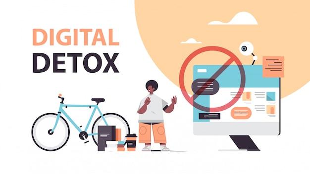 Mann, der stoppgeste mit dem digitalen entgiftungskonzept-typ der handfläche macht, der internet und soziale netzwerke aufgibt