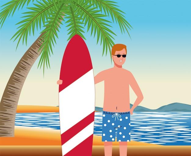 Mann, der strandanzug im surfbrettcharakter trägt