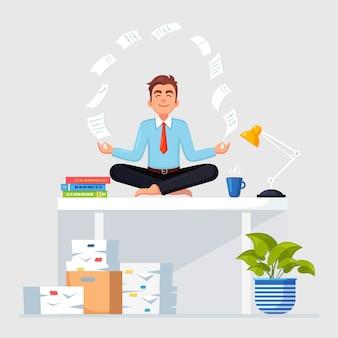 Mann, der yoga am arbeitsplatz im büro tut. arbeiter meditieren, entspannen auf schreibtisch mit fliegendem papier