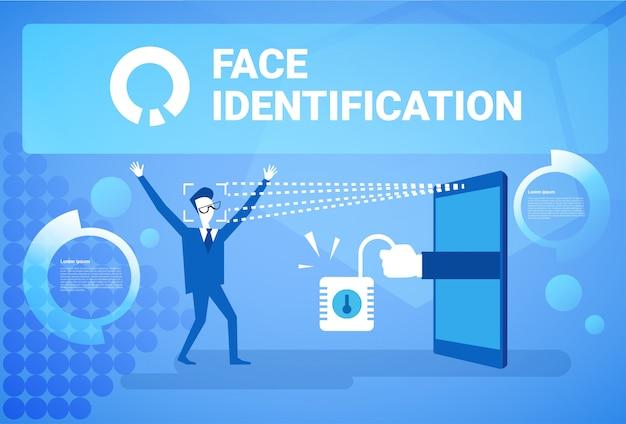 Mann, der zugang nach der gesichts-identifikation erhält, die modernes biometrisches technologie-anerkennungssystem-konzept scannt