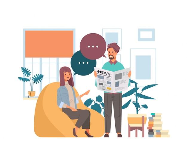 Mann frau liest zeitungen paar diskutieren nachrichten zusammen chat blase kommunikation massenmedienkonzept