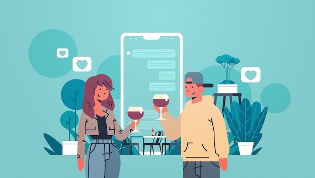 Mann frau trinken wein paar mit mobilen anwendung online-dating-chat social-media-netzwerk virtuelle beziehungen konzept flach porträt horizontal