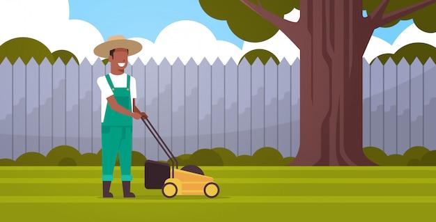 Mann gärtner schneiden grünes gras mit rasen mover bauer bewegen garten hinterhof garten konzept flach in voller länge horizontal