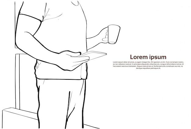 Mann-griff-tablet-computer-kaffeetasse-nahaufnahme-skizze, die online plaudert