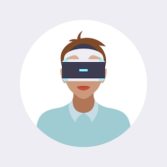 Mann im kopfhörer der virtuellen realität