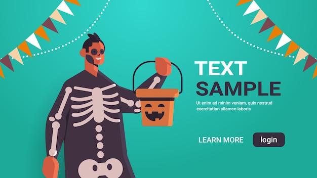 Mann im skelettkostüm, das eimer mit kürbisglück halloween-feiertagsfeierkonzeptporträtfahne horizontale kopie raumvektorillustration hält