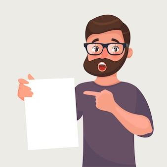 Mann in gläsern mit bart zeigt ein blatt papier