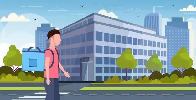 Mann kurier mit großem rucksack, der lebensmittel vom laden- oder restaurant-expresslieferdienstkonzept des modernen stadtstraßen-stadtbildhintergrund-horizontalporträts liefert