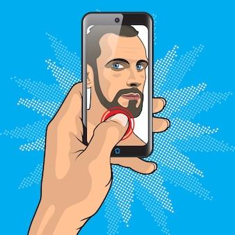 Mann macht selfie mit smartphone in der hand