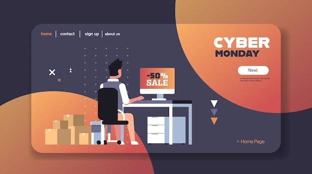 Mann mit computer beim online-shopping cyber montag sonderangebot