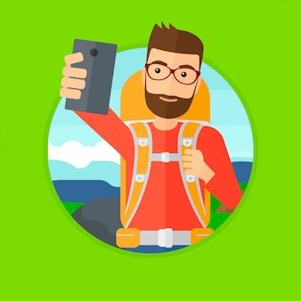 Mann mit dem rucksack, der selfie macht.