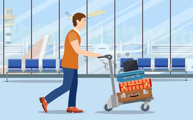 Mann mit gepäckwagen im flughafen